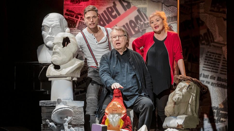"""Wolfgang Schaller neben seiner Frau Birgit Schaller und Hannes Sell iin dem aktuellen Stück """"Durch Traum und Zeit"""" an der Dresdner Herkuleskeule"""
